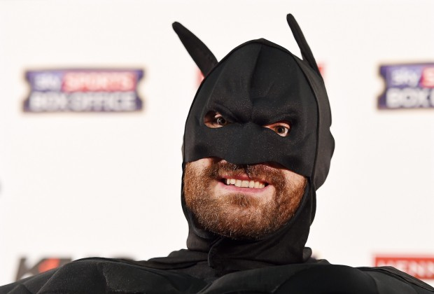 epa04944837 British heavyweight boxer Tyson Fury wears a batman mask during a press conference in London, Britain, 23 September 2015. Ukrainian WBA, WBO, IBO and IBF heavyweight boxing world champion Wladimir Klitschko will be challenged by Fury for the world heavyweight crown in Duesseldorf, Germany, on 24 October 2015. EPA/ANDY RAIN Dostawca: PAP/EPA.